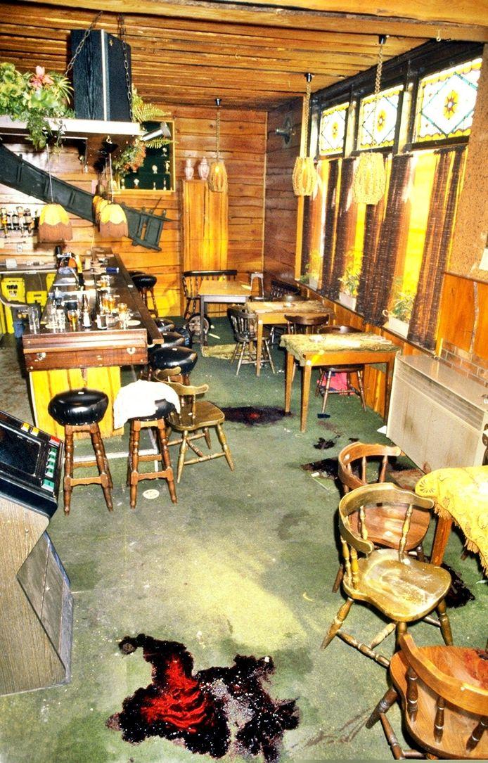 Café 't Koetsiertje net na de schietpartij in 1983.