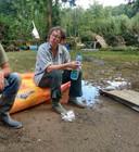 Manja Moos van Camping Les Murets tijdens een opruimactie 'op een plek waar het nog het minst erg is'.