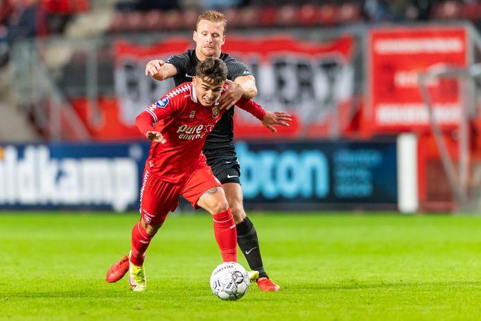 Manfred Ugalde is AZ-speler Dani de Wit te slim af.