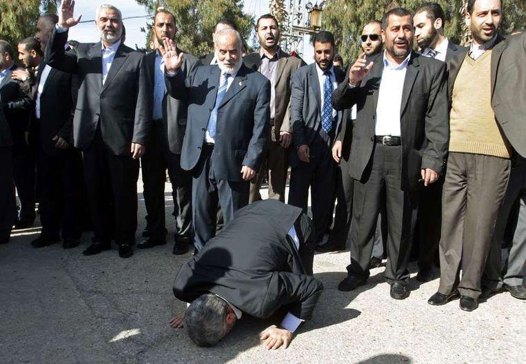 Meshaal komt aan in Gaza en kust de grond. Beeld reuters