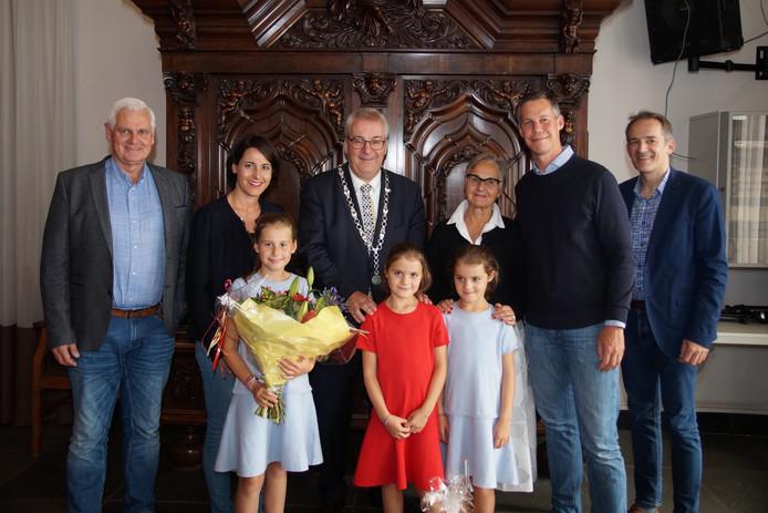 De familie Fleck met burgemeester Hans Ubachs. Links wethouder Rik Dijkhoff, rechts wethouder Stan van der  Heijden.