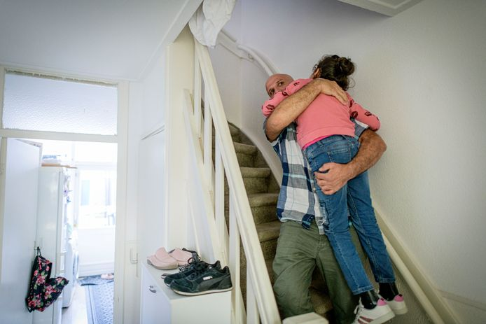 Vader Serdal draagt Irem de trap af. Dat doet hij dagelijks talloze keren.