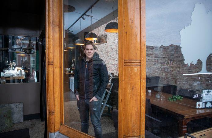 Maarten Bochane sluit zijn café de Markt, hij vindt de onzekerheid voor de toekomst van zijn zaak door de gedwongen sluiting tijdens de eerste en tweede lockdown te groot.