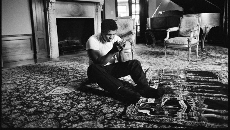 Muhammad Ali bidt in zijn huis. Beeld Guus Dubbelman / de Volkskrant