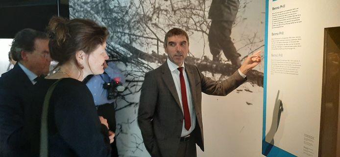 Staatssecretaris Paul Blokhuis en Vfonds-directeur Lisette Mattaar krijgen een rondleiding in het Vrijheidsmuseum in Groesbeek.