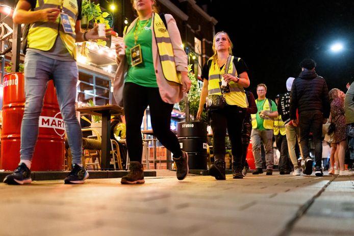 De start van de Nacht van de Vluchteling. De deelnemers lopen een route van 40 kilometer door de omgeving om geld op te halen.
