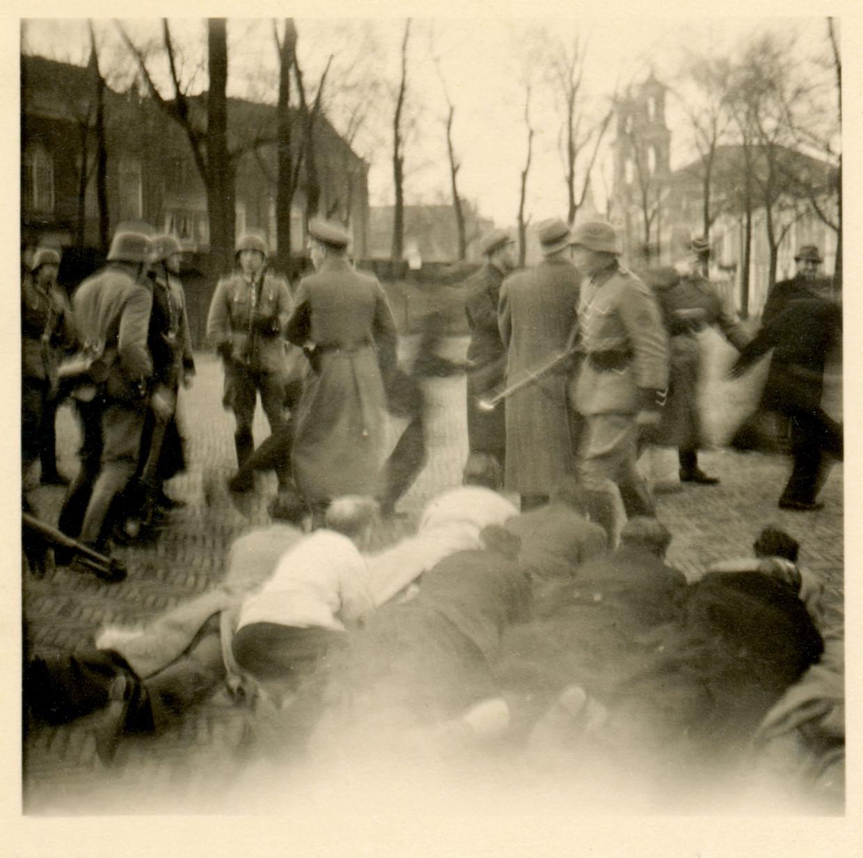 Joodse Nederlanders worden op 22 februari 1941 samengedreven in de buurt van het Jonas Daniël Meijerplein in Amsterdam. Beeld Beeldbank WOII NIODD