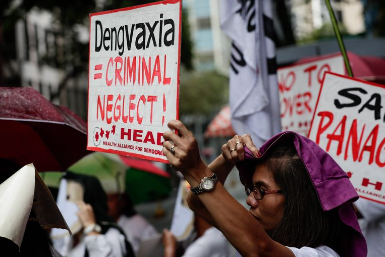 In de Filipijnse hoofdstad Manilla wordt gedemonstreerd voor het hoofdkantoor van Sanofi Pasteur, dat gedwongen werd om zijn inentingscampagne met een dengue-vaccin stop te zetten. Beeld EPA