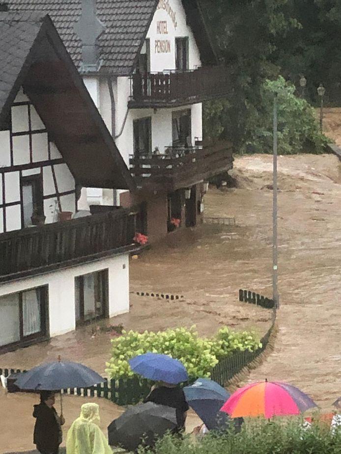 Het water raast door Fuchshofen. Midden op de foto de B&B van het Nederlandse stel.