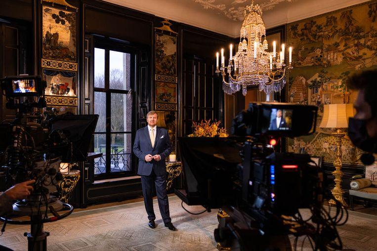 Koning Willem-Alexander tijdens de opname van zijn kersttoespraak. Beeld RVD