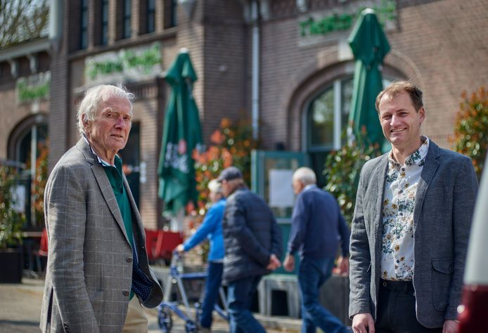 Michel Nierop (rechts) volgt Han Jansen op als stadsdichter van Oss. Hier poseren ze samen voor de Groene Engel.