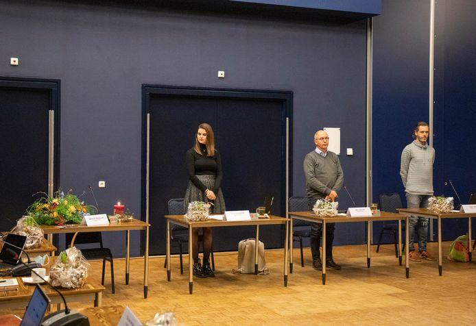 Bloemen liggen op de plek van de nog voor haar installatie overleden Adrienne Verschuren in de raad van Oisterwijk. Van links naar rechts haar fractiegenoten van PRO Myrte Hesselberth, Jean Coumans en Casper Boot.