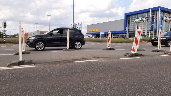Bij het boren voor een elektriciteitskabel onder de weg is het asfalt op de kruising Westervoortsedijk-Snelliusweg in Arnhem enkele centimeters omhoog gekomen.