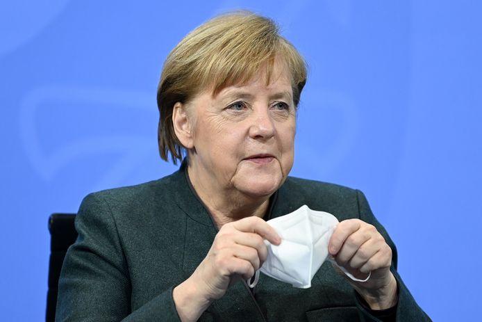 Angela Merkel montre l'exemple avec son masque FFP2 en conférence de presse.