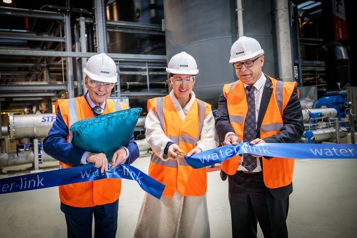 Vlaams minister Zuhal Demir (centraal) opent de vierde productielijn van Induss.