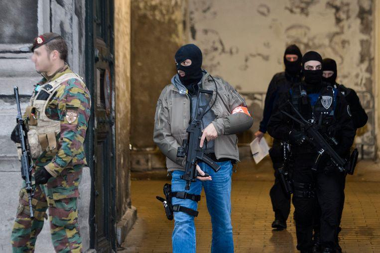 Verscherpte bewaking door politie en militairen bij de verschijning van Mohammed Amri en Hamza Attou voor de Brusselse raadkamer, op 20 november vorig jaar. Beeld BELGA