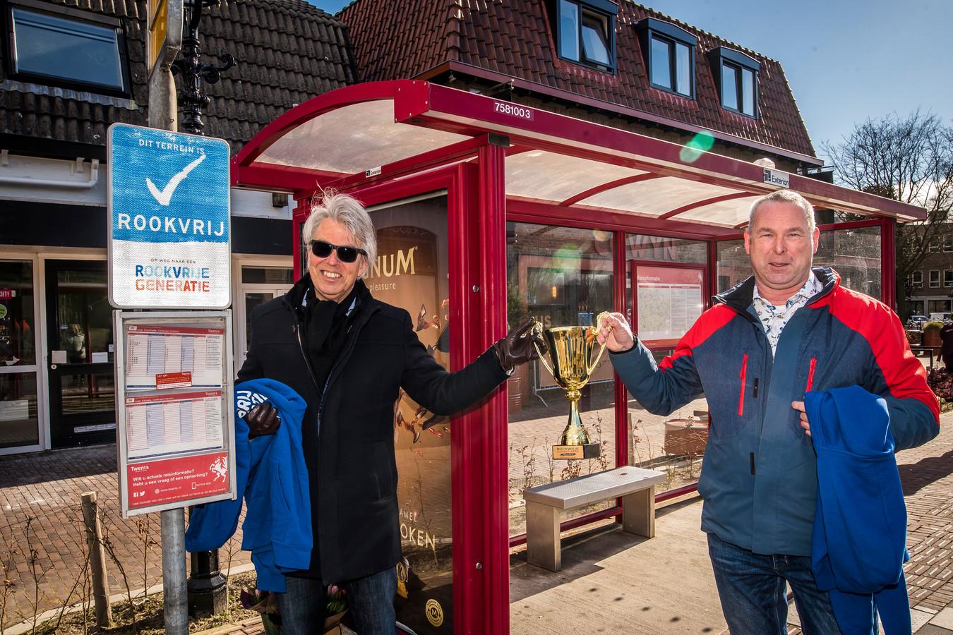 Richard Roolvink (links) en Marc Hinskens krijgen de bokaal van de rookvrije generatie.