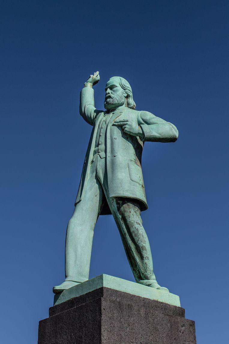 Op 17 oktober waren we op het Nassauplein, waar in 1931 het beeld van Ferdinand Domela Nieuwenhuis werd onthuld. Het werk van Johan Polet was het socialistische antwoord op het monument voor generaal Van Heutz op de Apollolaan. Winnaar van het jaarabonnement op Ons Amsterdam is Henk Licher. Beeld Nosh Neneh