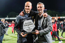 Assistent-trainer Paul Simonis en Kees van Wonderen me het promotieschild.