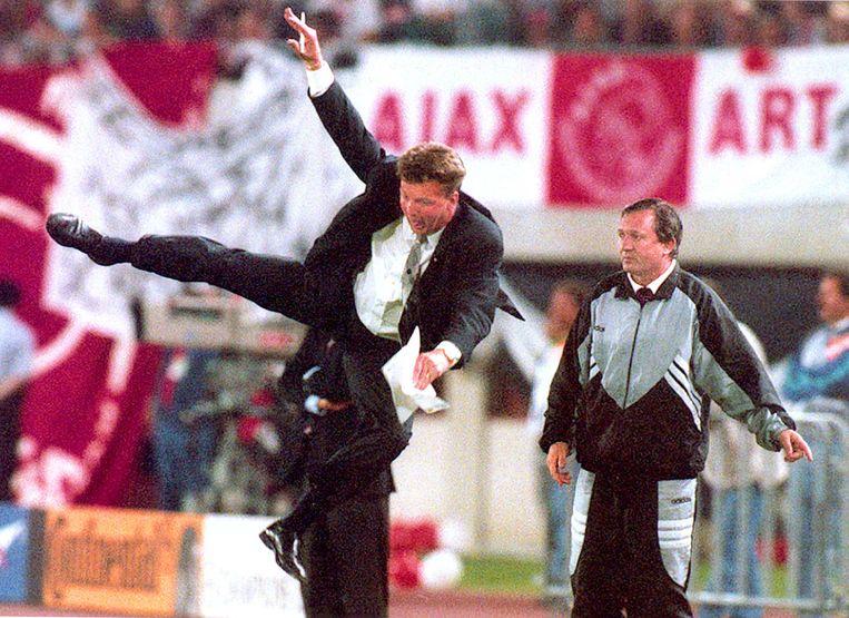 Toenmalig Ajax-trainer Louis van Gaal maakte een acrobatische sprong na een overtreding tijdens de Champions League-finale Ajax-AC Milan in 1995.  Beeld EPA