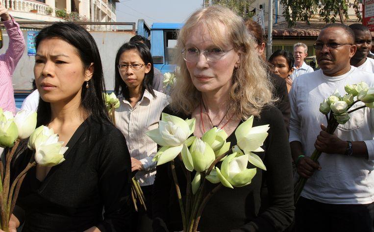 De Amerikaanse actrice Mia Farrow aan de zijde van Theary Seng (links).  Beeld AFP