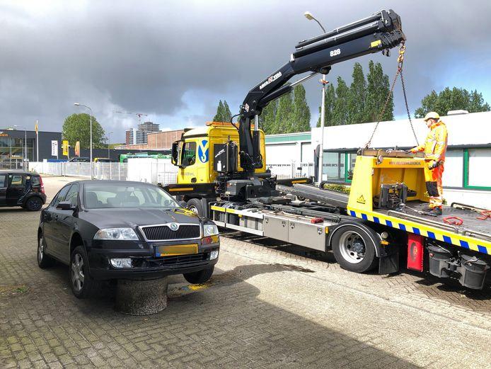 Auto belandt op betonnen blok op Rijnweg  in Delft.