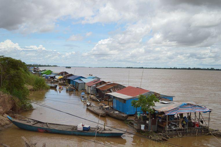 De woonboten van de Vietnamese gemeenschap in Cambodja zijn op drift geraakt.    Beeld Ate Hoekstra