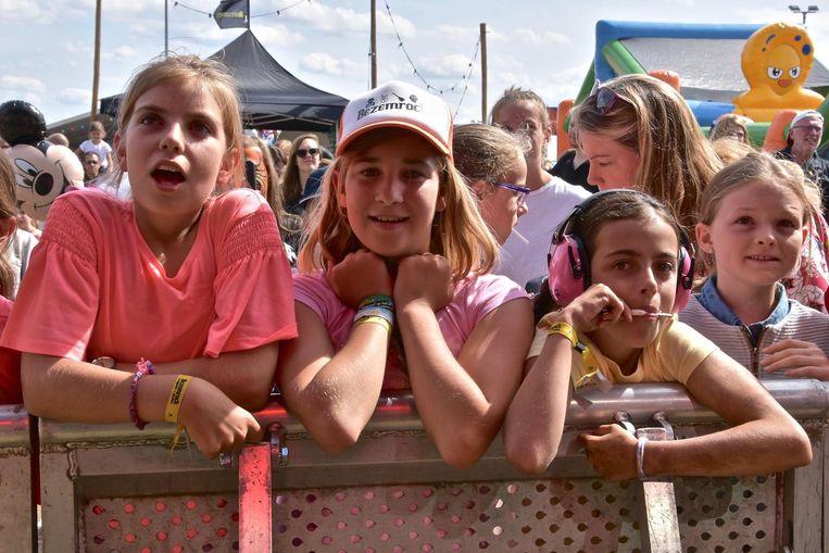 Enkele jonge fans staan op de eerste rij om Laura Omloop aan het werk te zien.