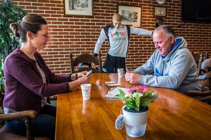 André van Goor legt in het clubgebouw van Sparta een kaartje met Minke ten Bruggencate, activiteitenbegeleidster van Mediant.