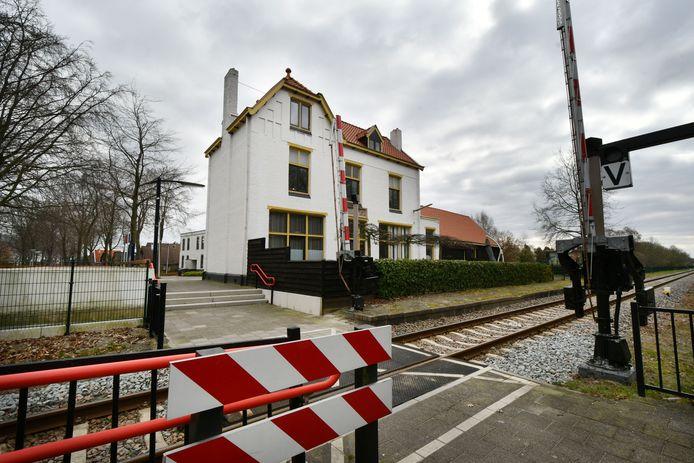 Het is telkens raak op en rond station Vroomshoop. Hangjongeren vernielen fietsen, lopen over het spoor en zorgen ervoor dat het een 'enge plek' is voor inwoners. Inmiddels is er ook een aangifte van mishandeling binnengekomen bij de politie.