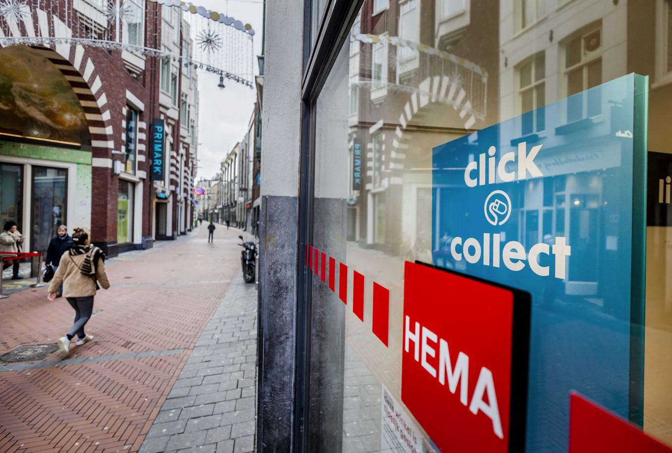 Aanplakbiljetten over bezorging van producten in de etalage van de Hema in het centrum van Amsterdam. Vanaf 10 februari wordt het mogelijk om online of telefonisch producten te bestellen bij niet-essentiële winkels.