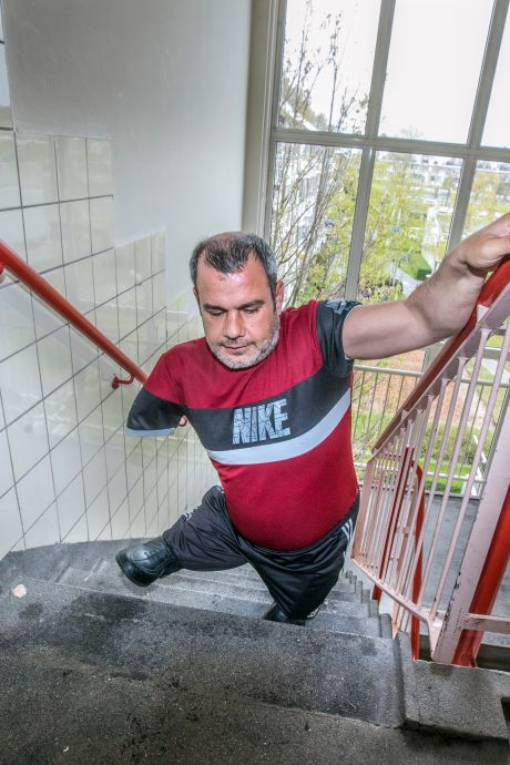 Eén verhaal en man zonder benen heeft ineens een woning