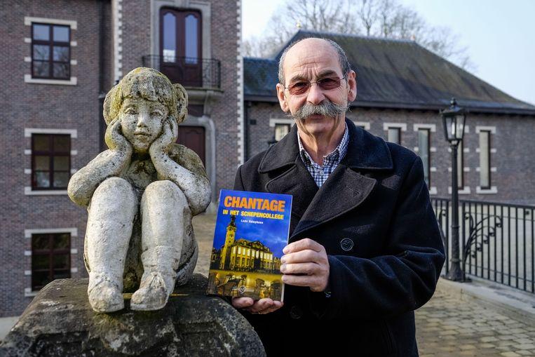 Ludo Geluykens aan het Zevenbergen Kasteel dat ook in het boek voorkomt.