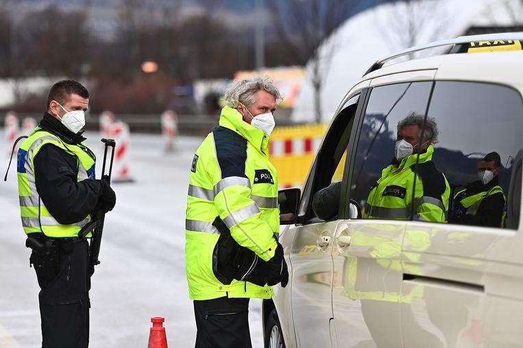 Controle aan de Duitse kant van de grens met Oostenrijk.  Beeld Getty Images