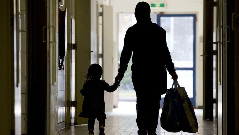 Asielzoekster en haar kind in het asielzoekerscentrum in Laren, in 2011. Beeld