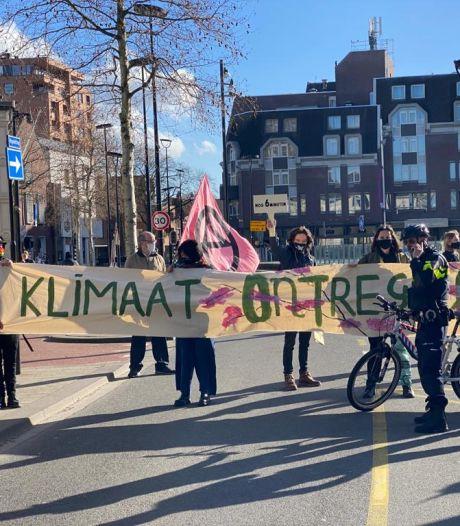 Klimaatactivisten blokkeren Heuvelring: 'Rebellen? Eerder vreedzame hippies'
