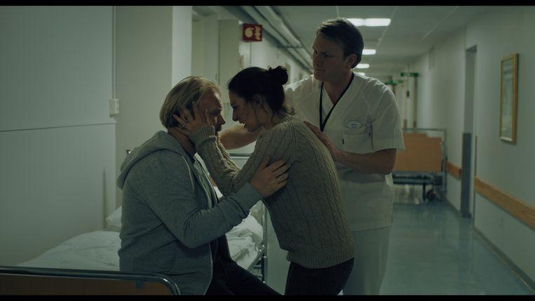 In Blind Spot probeert Maria zonder adempauze de scherven van haar gezin bij elkaar te rapen. Beeld