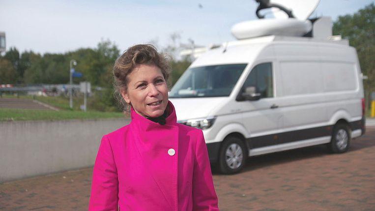 Journaal-verslaggever Kysia Hekster voor een NOS-busje zonder logo. Beeld