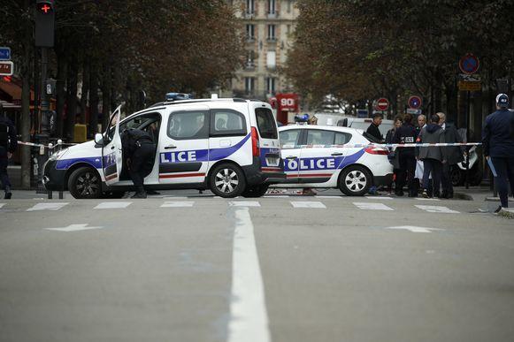 Donderdag stak een medewerker van het politiebureau vier agenten neer in Parijs.