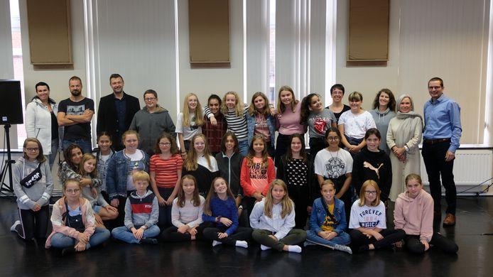 De leerlingen van het eerste jaar optie cultuur van de Middenschool volgen dans, woord en beeld in de Kunstacademie.