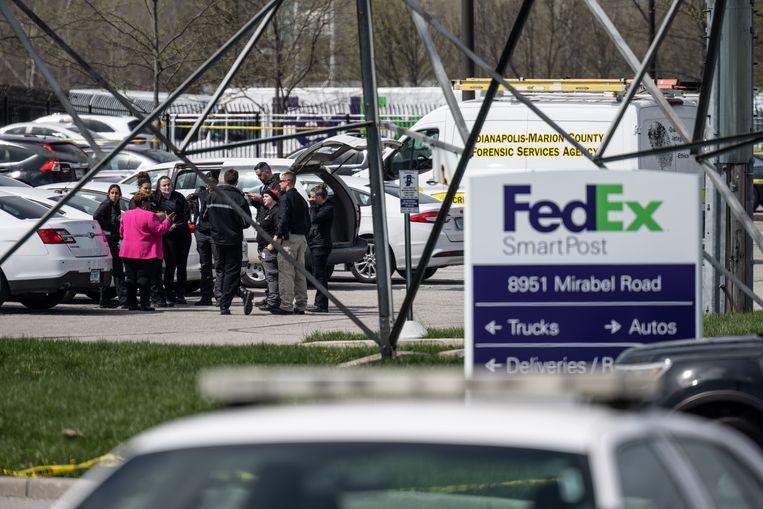 Politieagenten verzamelen na de schietpartij op het parkeerterrein van het FedEx-filiaal. Beeld Getty Images