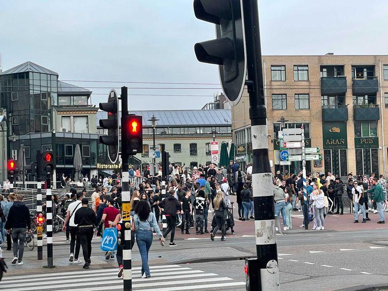 Veel mensen trokken na de ontruiming van het Vondelpark op het Max Euweplein. Beeld Het Parool
