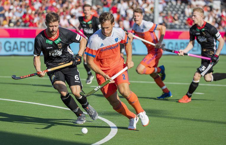 Jeroen Hertzberger van Nederland in duel met Martin Haner van Duitsland tijdens de troostfinale op het Europees kampioenschap hockey.  Beeld ANP