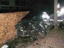 Auto vliegt uit de bocht in Almelo: bestuurder gewond