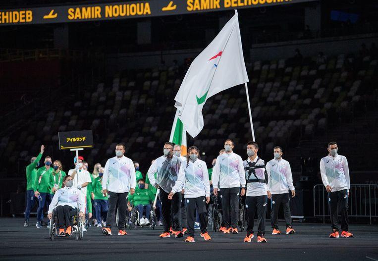 De vlaggendragers van het vluchtelingenteam tijdens de openingsceremonie van de Paralympische Spelen.  Beeld EPA