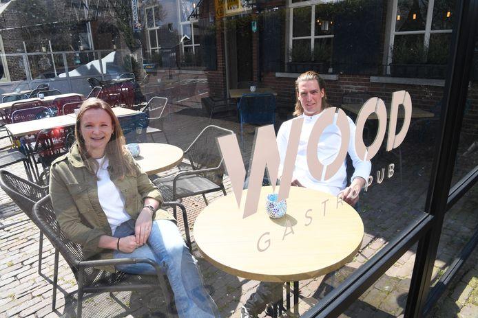 Imke Zeebregts en Sjoerd Bruinsma op het terras van het vernieuwde WOOD Gastropub