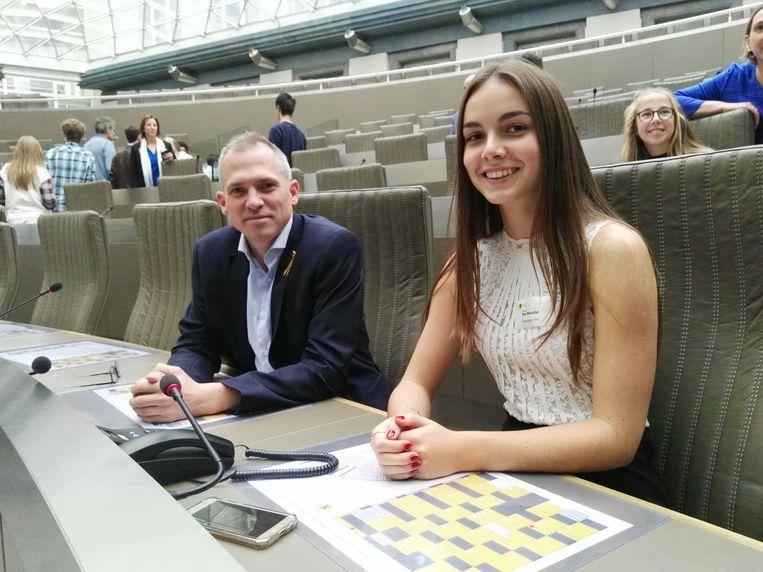 Raya mocht naast Matthias Diependaele plaatsnemen in het Vlaams parlement.