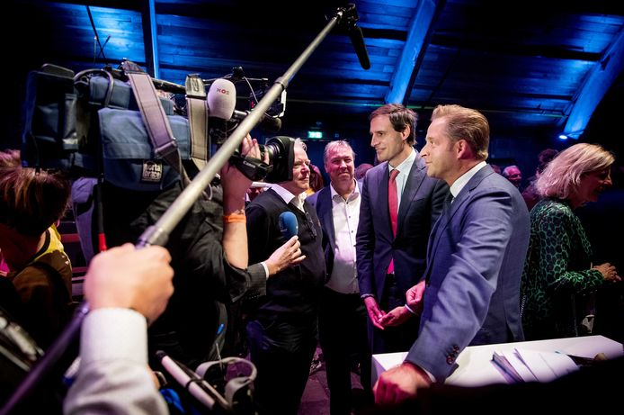 CDA-ministers Wopke Hoekstra en Hugo de Jonge staan op het partijcongres in Utrecht gezamenlijk de media te woord. De partij wil anderhalf jaar voor de verkiezingen eenheid uitstralen.