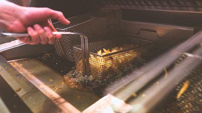 Uitbaatster frituur gooit gloeiend hete frituurolie naar overvallers
