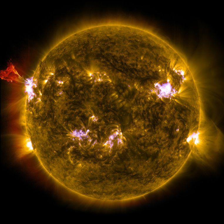 Op deze foto is de zonnevlam van afgelopen vrijdag in een combinatie van drie foto's op verschillende golflengten te zien. Beeld NASA